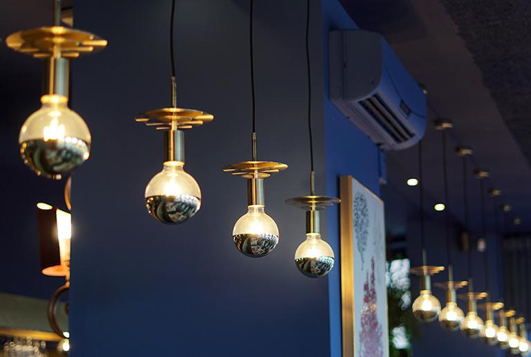 Detalle de luces en lámparas - Restaurante Balandro