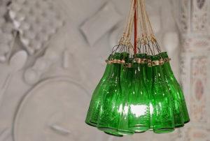 Detalle de lámpara de botellas - Restaurante Balandro