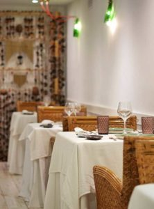 Mesas en el lateral del Salón Apodaca - Restaurante Balandro