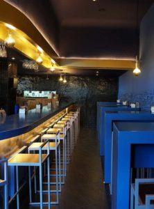 Lateral de la barra con mesas altas - Restaurante Balandro