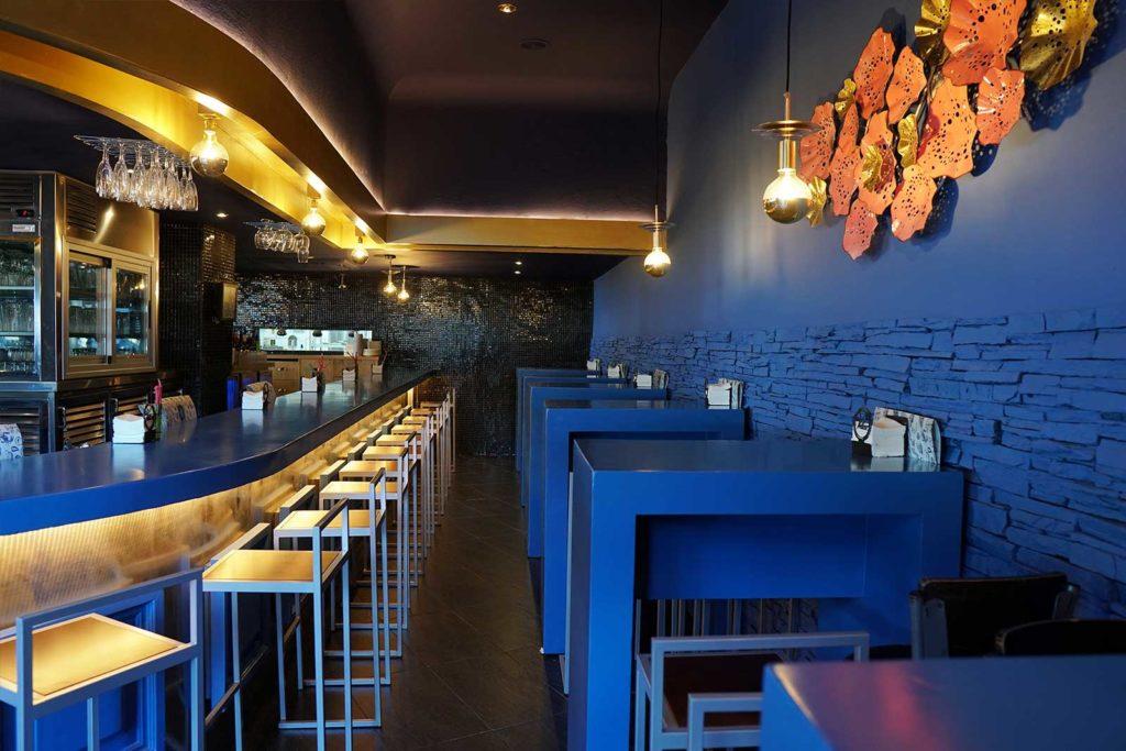 Mesas altas en el lateral de la barra - Restaurante Balandro
