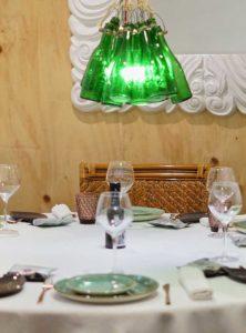 Detalle de mesa con lámpara de botellas - Restaurante Balandro