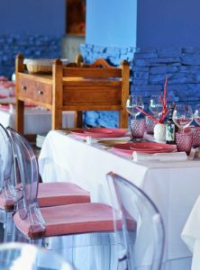 Montaje de mesa y silla de metacrilato - Restaurante Balandro