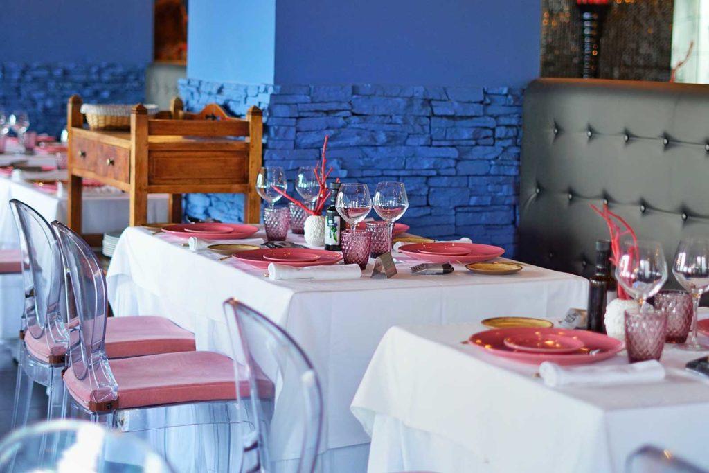 Montaje de mesa y silla de metacrilato de Restaurante Balandro
