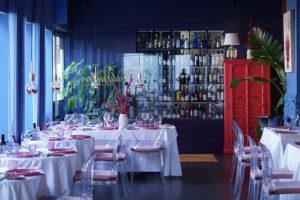 Mesas y mueble botellero de Restaurante Balandro