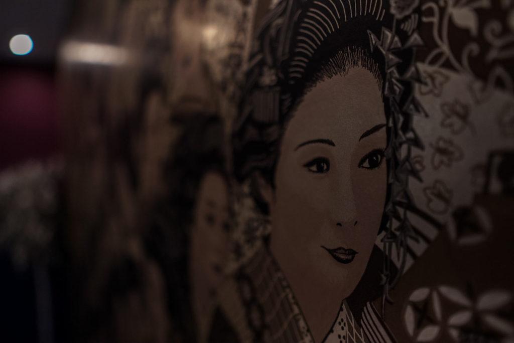 Detalle de Geisha en la pared del Salón Alameda de Restaurante Balandro