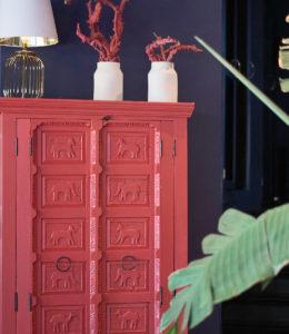 Mueble platero coral con tallas de animales - Restaurante Balandro