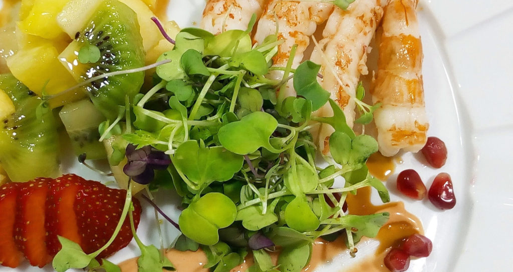 Ensalada de langostinos con canónigos y frutas - Restaurante Balandro