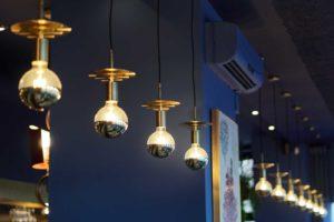 Detalle de luces en lámparas de Restaurante Balandro