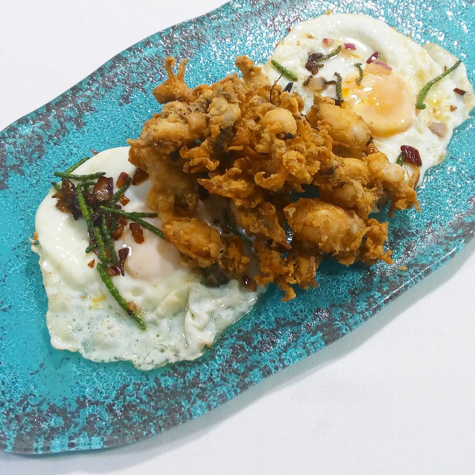 Huevos camperos con espárragos, jamón y puntillitas - Restaurante Balandro fritas
