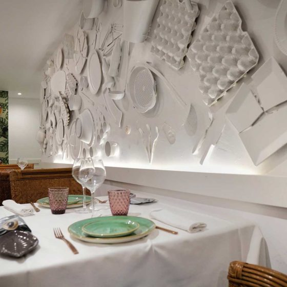 Mesa y detalle en pared del Salón Apodaca - Restaurante Balandro